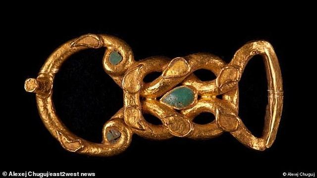 Tìm thấy hàng trăm trang sức bằng vàng trong ngôi mộ của công chúa thời cổ đại - 1