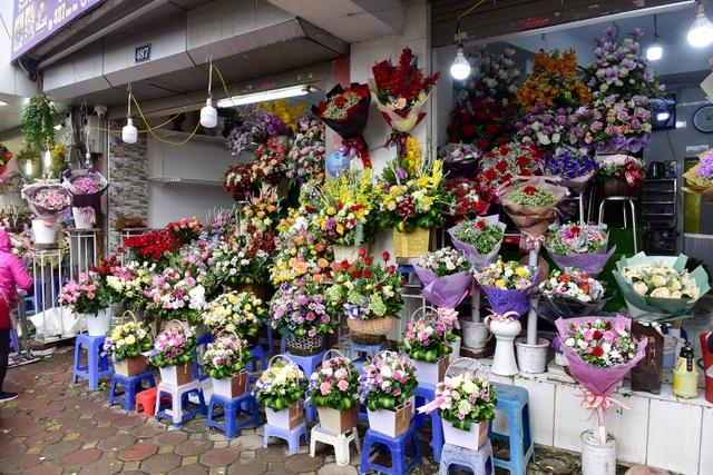 Thị trường hoa 8/3: Bán nghìn bó mỗi ngày, nhập cả... bắp cải về bán - 4