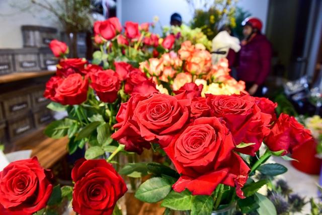 Thị trường hoa 8/3: Bán nghìn bó mỗi ngày, nhập cả... bắp cải về bán - 14