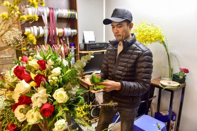 Thị trường hoa 8/3: Bán nghìn bó mỗi ngày, nhập cả... bắp cải về bán - 13