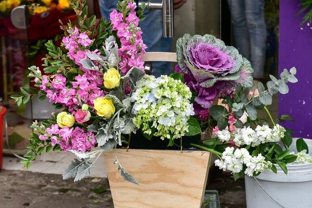 Thị trường hoa 8/3: Bán nghìn bó mỗi ngày, nhập cả... bắp cải về bán - 15