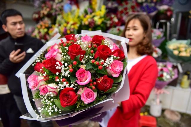 Thị trường hoa 8/3: Bán nghìn bó mỗi ngày, nhập cả... bắp cải về bán - 2