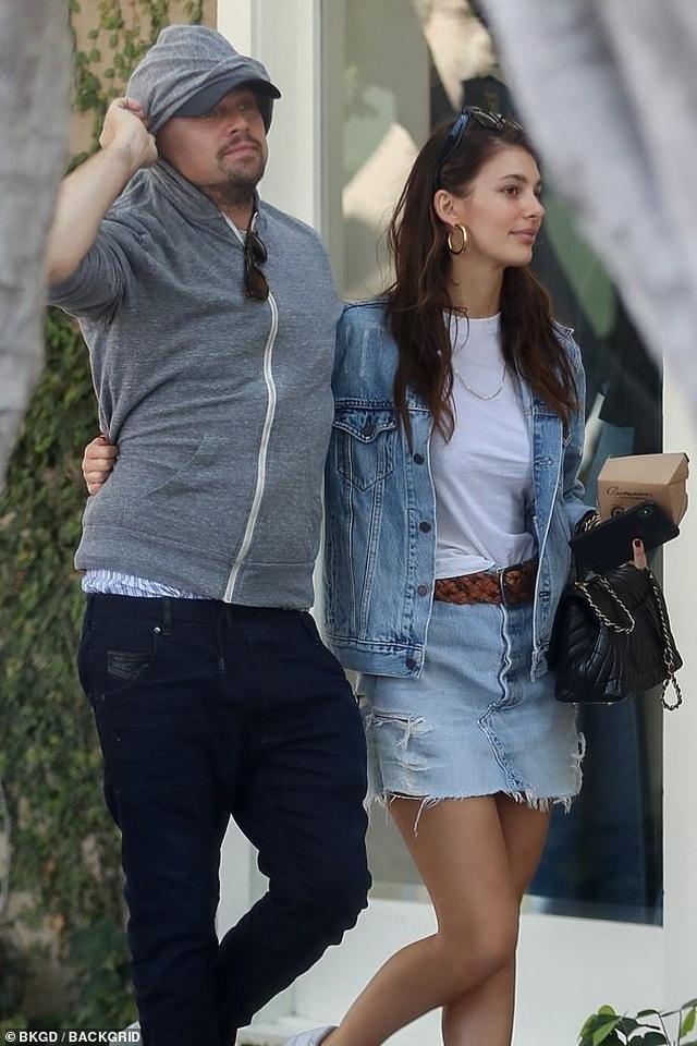 Leonardo DiCaprio ra phố cùng bạn gái kém 23 tuổi - 1