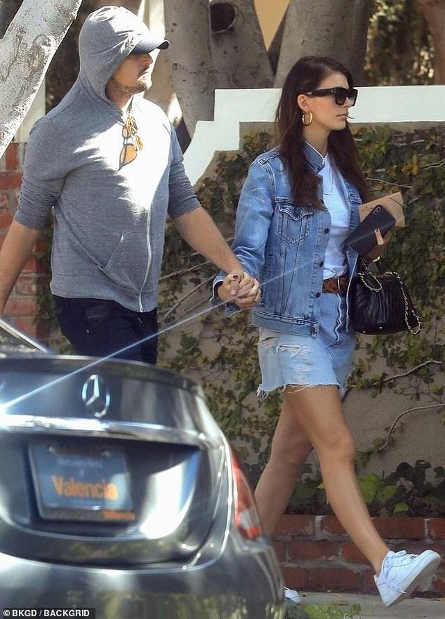 Leonardo DiCaprio ra phố cùng bạn gái kém 23 tuổi - 2