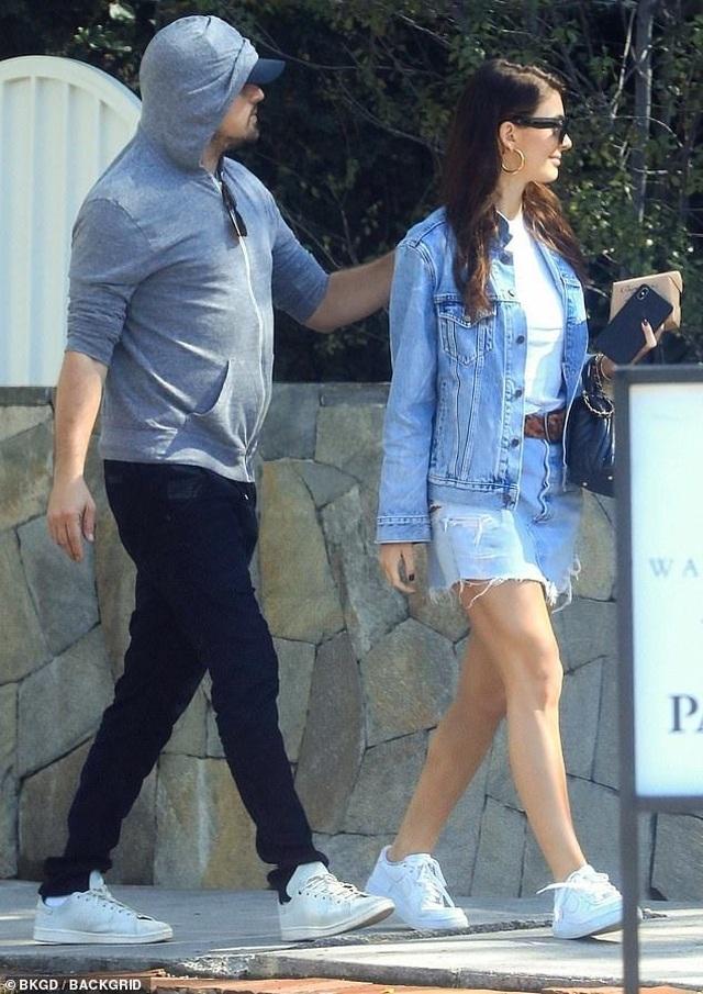 Leonardo DiCaprio ra phố cùng bạn gái kém 23 tuổi - 5