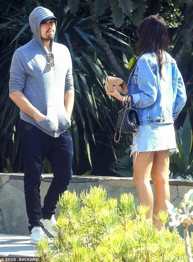 Leonardo DiCaprio ra phố cùng bạn gái kém 23 tuổi - 6