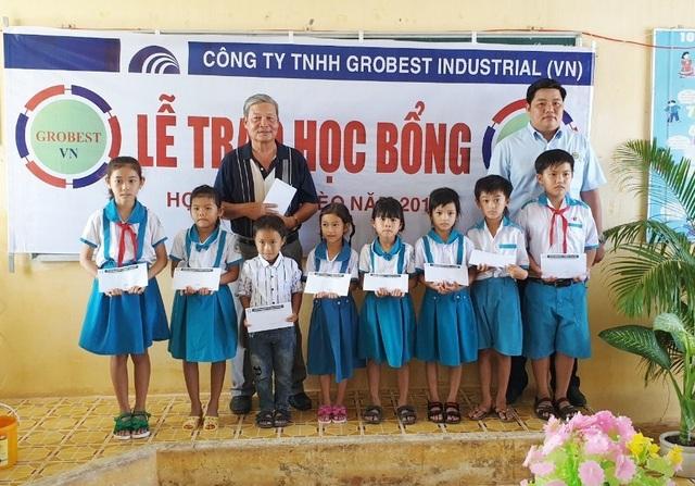 Trao hơn 350 suất học bổng Grobest đến học sinh nghèo Bạc Liêu - 11