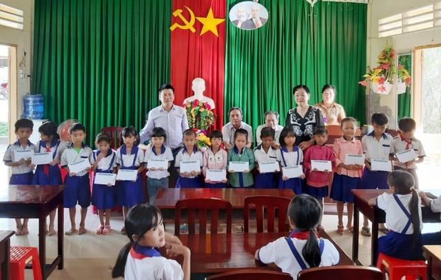 Trao hơn 350 suất học bổng Grobest đến học sinh nghèo Bạc Liêu - 7
