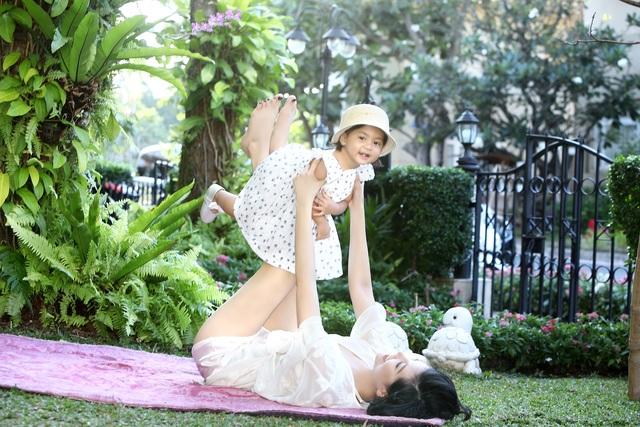 Vũ Cẩm Nhung vui đùa cùng con gái trong biệt thự kiểu Pháp giá triệu đô - 14