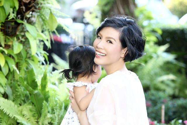 Vũ Cẩm Nhung vui đùa cùng con gái trong biệt thự kiểu Pháp giá triệu đô - 5