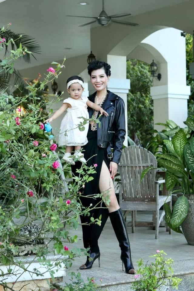 Vũ Cẩm Nhung vui đùa cùng con gái trong biệt thự kiểu Pháp giá triệu đô - 4