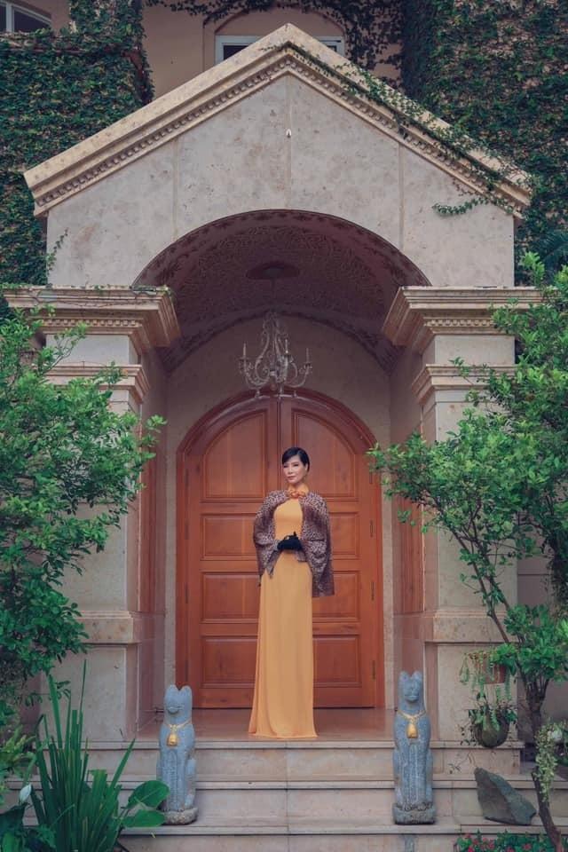 Vũ Cẩm Nhung vui đùa cùng con gái trong biệt thự kiểu Pháp giá triệu đô - 2
