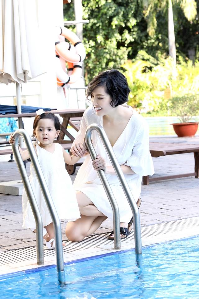 Vũ Cẩm Nhung vui đùa cùng con gái trong biệt thự kiểu Pháp giá triệu đô - 7