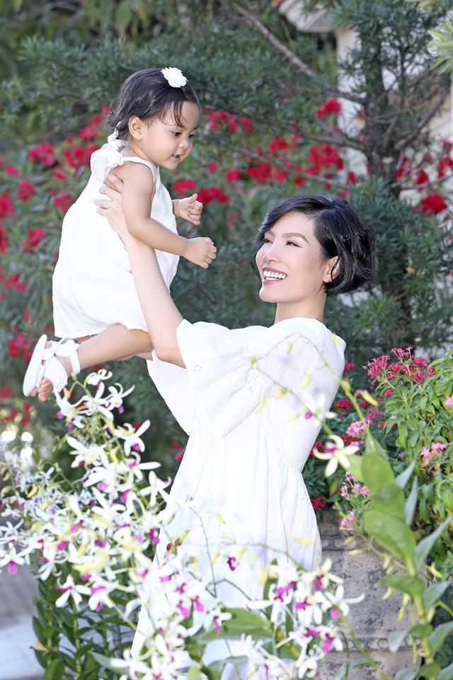Vũ Cẩm Nhung vui đùa cùng con gái trong biệt thự kiểu Pháp giá triệu đô - 8