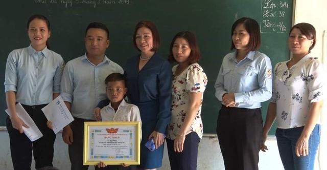 Tỉnh Đoàn Gia Lai trao Bằng khen cho học sinh lớp 3 cứu bạn khỏi đuối nước - 1