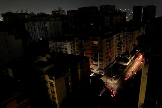 """Cuộc sống đảo lộn trong bóng tối tại """"những thành phố ma"""" ở Venezuela - 1"""