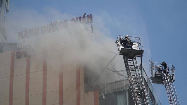Cháy nhà hàng cao tầng ở trung tâm quận 1, thực khách tháo chạy tán loạn - 1