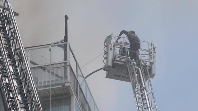 Cháy nhà hàng cao tầng ở trung tâm quận 1, thực khách tháo chạy tán loạn - 4