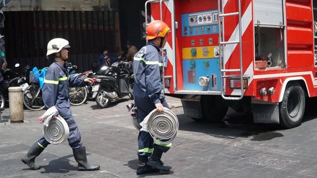 Cháy nhà hàng cao tầng ở trung tâm quận 1, thực khách tháo chạy tán loạn - 2