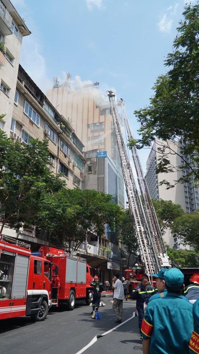 Cháy nhà hàng cao tầng ở trung tâm quận 1, thực khách tháo chạy tán loạn - 3