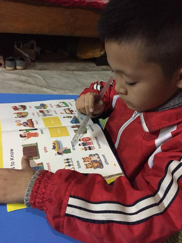 Cảm động bé lớp 2 vùng cao cùng mẹ vượt hơn 100km để học tiếng Anh - 1