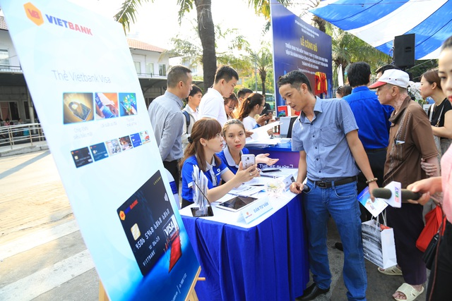 Bàn tư vấn đăng ký thẻ vé điện tử của Vietbank thu hút đông đảo hành khách tham gia - 1.JPG