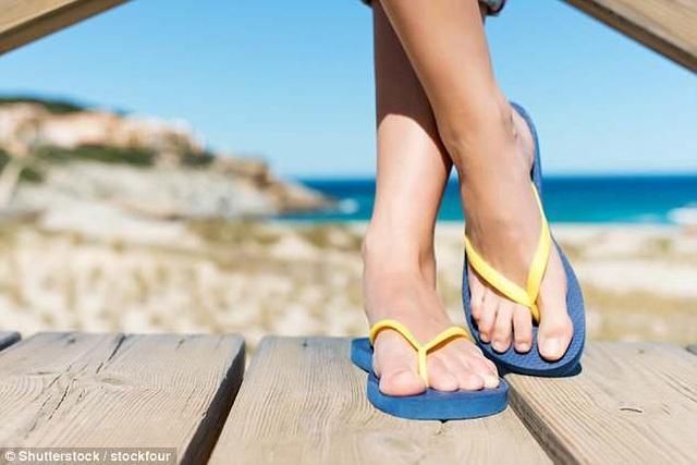 Du khách có thể bị phạt tới 60 triệu nếu đi dép xỏ ngón trong khu vực cấm ở Italia - 1