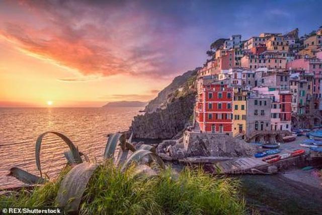 Du khách có thể bị phạt tới 60 triệu nếu đi dép xỏ ngón trong khu vực cấm ở Italia - 2
