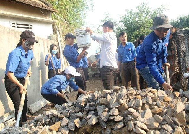 Thanh niên Bình Định vác đá, cõng xi măng làm đường bê tông cho dân - 1