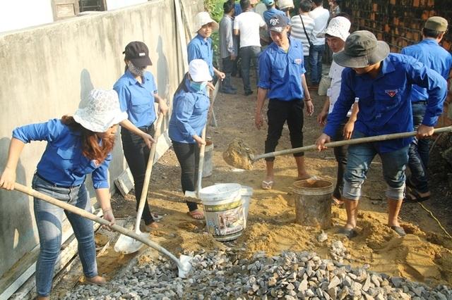 Thanh niên Bình Định vác đá, cõng xi măng làm đường bê tông cho dân - 3