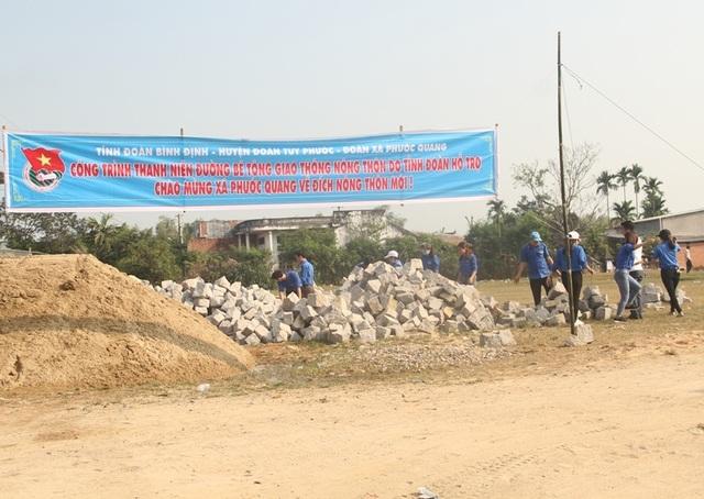 Thanh niên Bình Định vác đá, cõng xi măng làm đường bê tông cho dân - 2