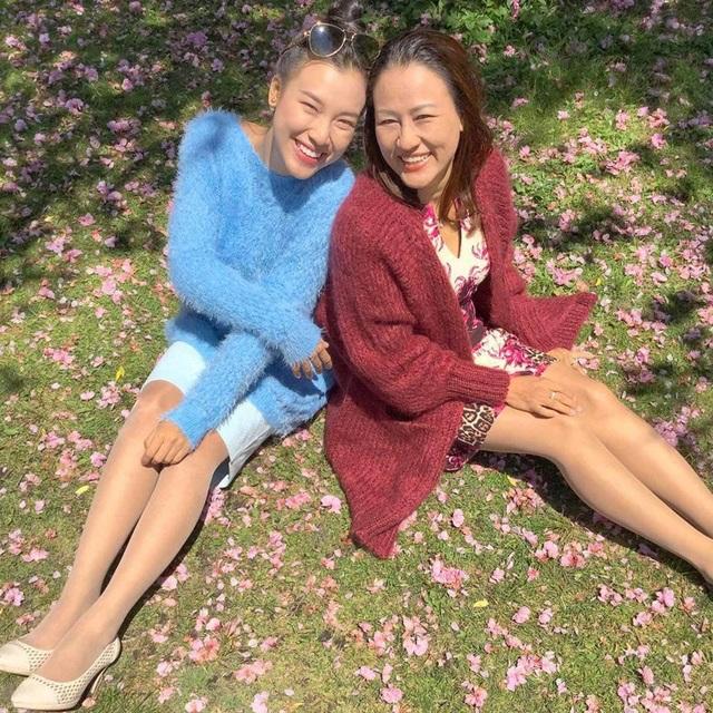 Á hậu Hoàng Oanh xúc động kể về điều cô thực hiện được cho mẹ sau 10 năm vào showbiz - 4