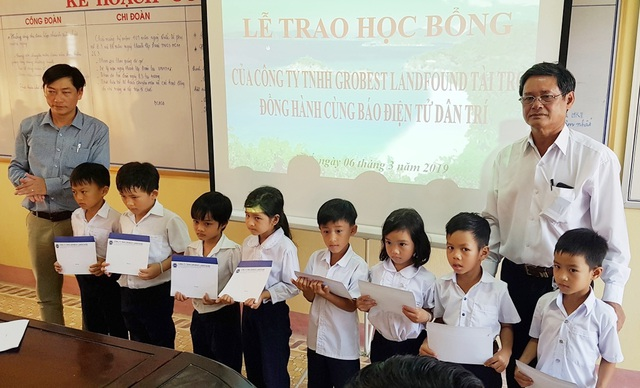 Trao hoc bong Grobest Hue 14.jpg