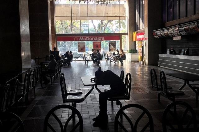 """Cuộc sống đảo lộn trong bóng tối tại """"những thành phố ma"""" ở Venezuela - 9"""