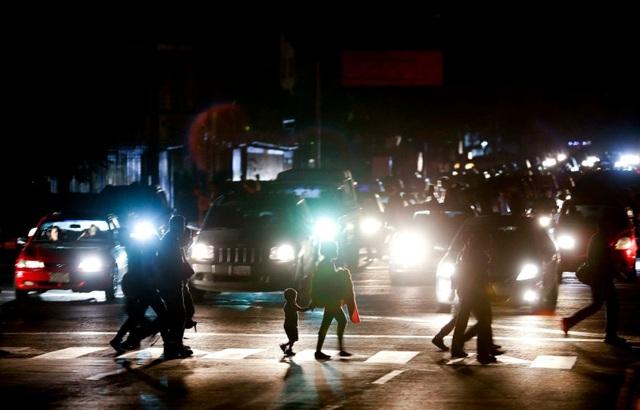 """Cuộc sống đảo lộn trong bóng tối tại """"những thành phố ma"""" ở Venezuela - 4"""