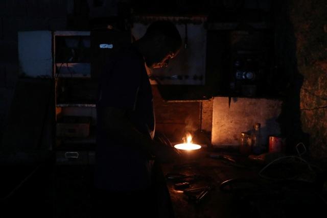 """Cuộc sống đảo lộn trong bóng tối tại """"những thành phố ma"""" ở Venezuela - 3"""