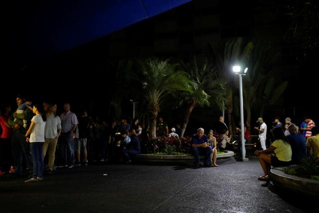 """Cuộc sống đảo lộn trong bóng tối tại """"những thành phố ma"""" ở Venezuela - 6"""