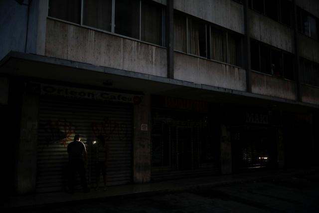 """Cuộc sống đảo lộn trong bóng tối tại """"những thành phố ma"""" ở Venezuela - 2"""