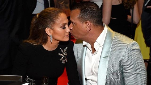 Jennifer Lopez đính hôn với bạn trai kém 6 tuổi  - 1