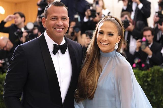Jennifer Lopez đính hôn với bạn trai kém 6 tuổi  - 2