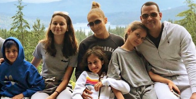 Jennifer Lopez đính hôn với bạn trai kém 6 tuổi  - 6