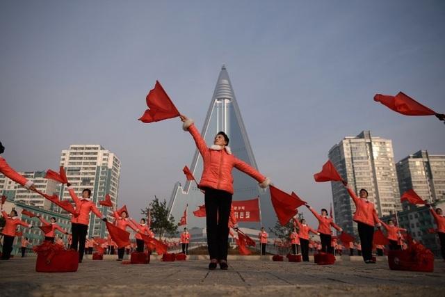 """Những """"bóng hồng"""" múa cờ đỏ tại Triều Tiên - 1"""