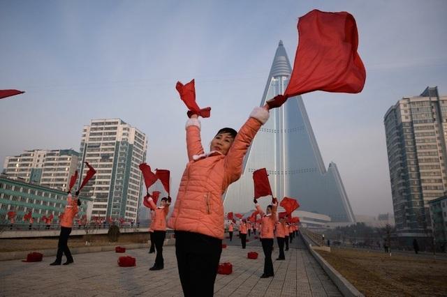 """Những """"bóng hồng"""" múa cờ đỏ tại Triều Tiên - 2"""
