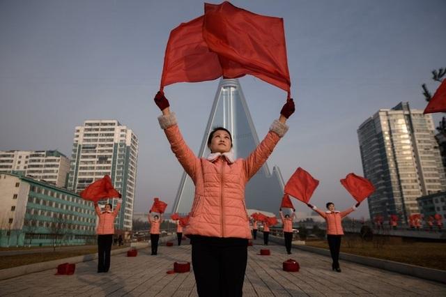"""Những """"bóng hồng"""" múa cờ đỏ tại Triều Tiên - 5"""