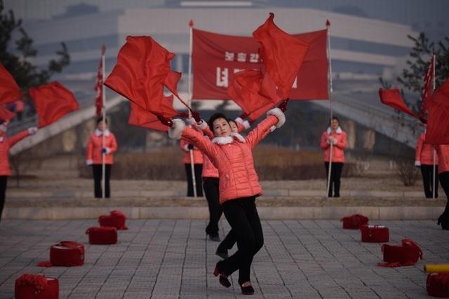 """Những """"bóng hồng"""" múa cờ đỏ tại Triều Tiên - 3"""