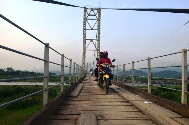 Ảm ảnh mỗi lần phải qua cây cầu treo rệu rã - 7
