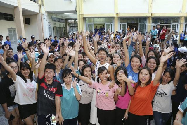 Điểm danh những mỹ nhân quyền lực nhất của showbiz Việt - 17