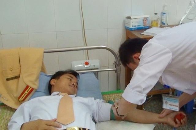 Thiếu tá công an hiến máu cứu nữ sinh lớp 10 - 1