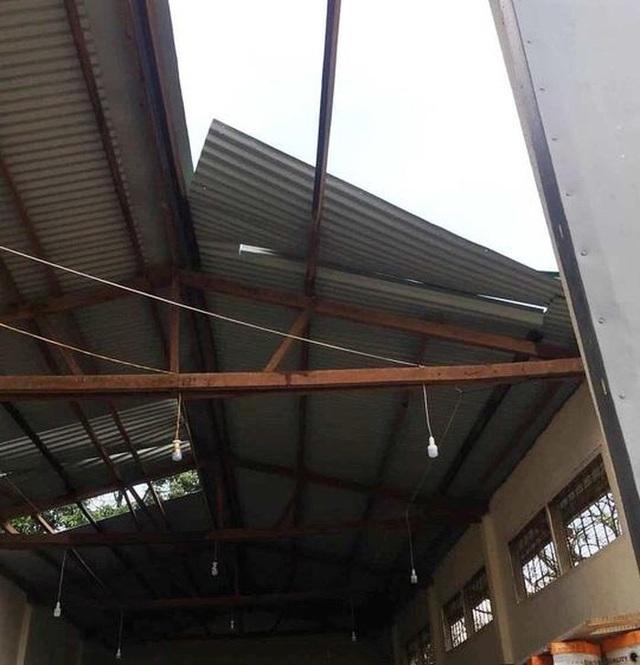 Lốc xoáy thổi tốc mái khu văn phòng UBND TP, nhiều tài liệu quan trọng nguy cơ hư hỏng - 1