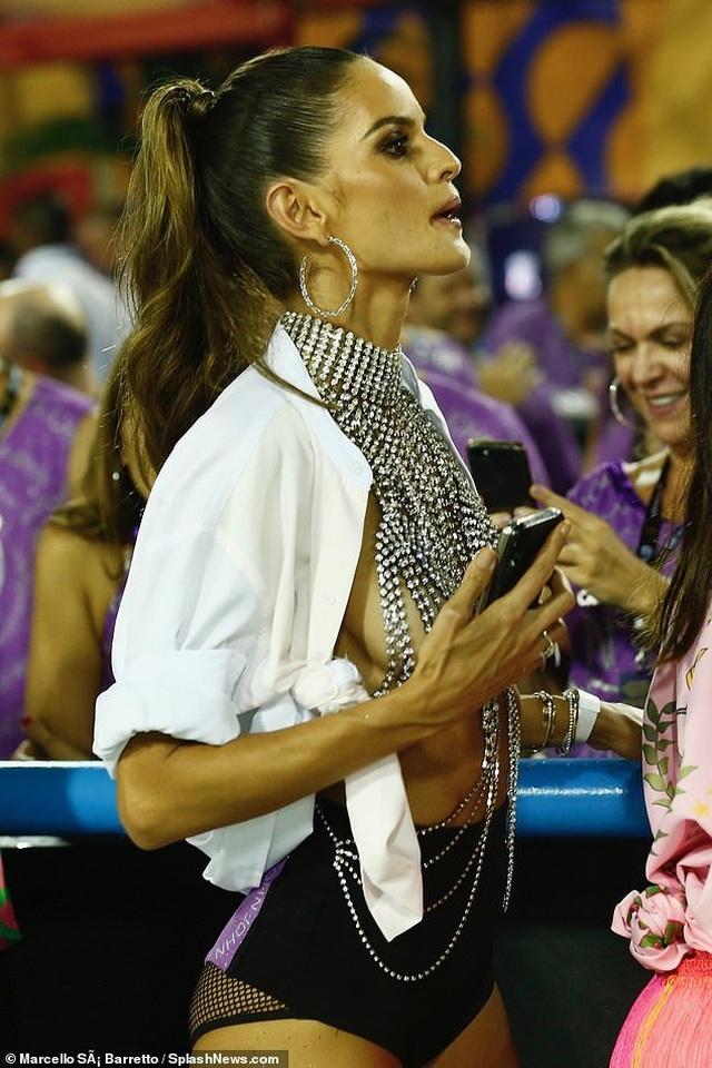 Thiên thần nội y mặc táo bạo dự lễ hội Rio Carnival - 4